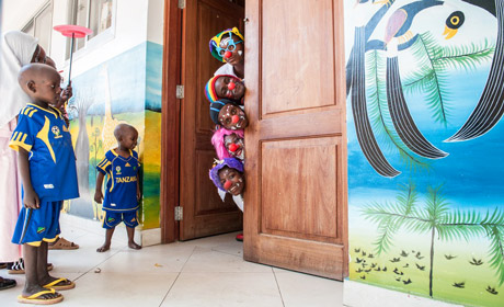 Clowns entertain the children at Muhimbili National Hospital (Photo by Trish Scanlon, Copyright: Irish Aid)