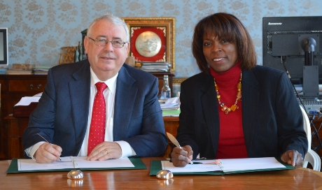 Minister for Trade and Development, Joe Costello and Executive Director of the World Food Programme, Ertharin Cousin signing the Letter of Understanding