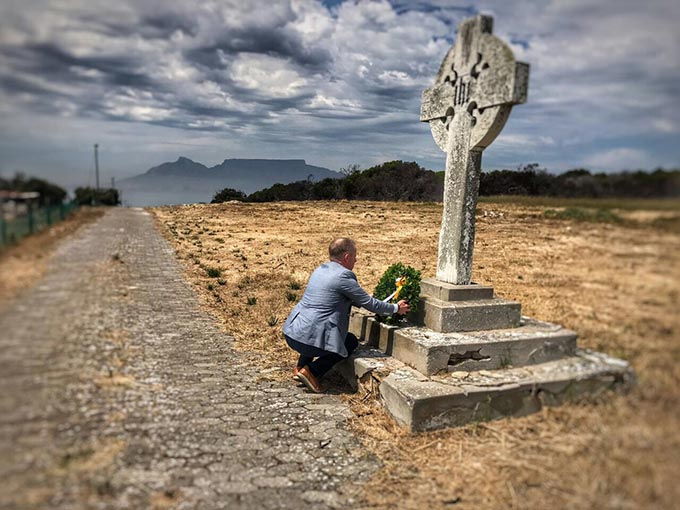 Minister Cannon lays a wreath at the Celtic Cross on Robben Island